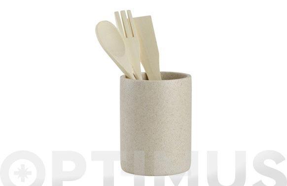 Bote con utensilios cocina arena